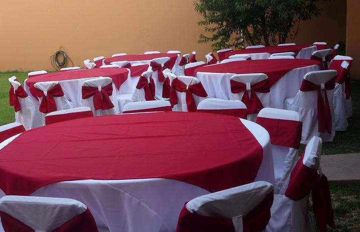 Mesas redondas con sillas for Caminos para mesas redondas